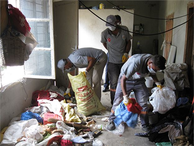 Zabıta Bir Evden 4 Kamyon Çöp Çıkarttı