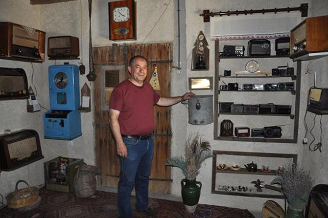 Eyüpoğlu, Ofisini Antika Radyo ve Gramafon Evi'ne Dönüştürdü