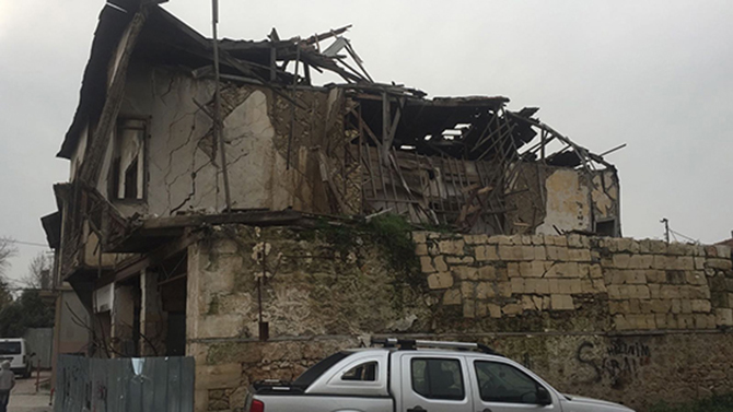 Yıkılmak Üzere Olan Tarihi Evler Tehlike Oluşturuyor