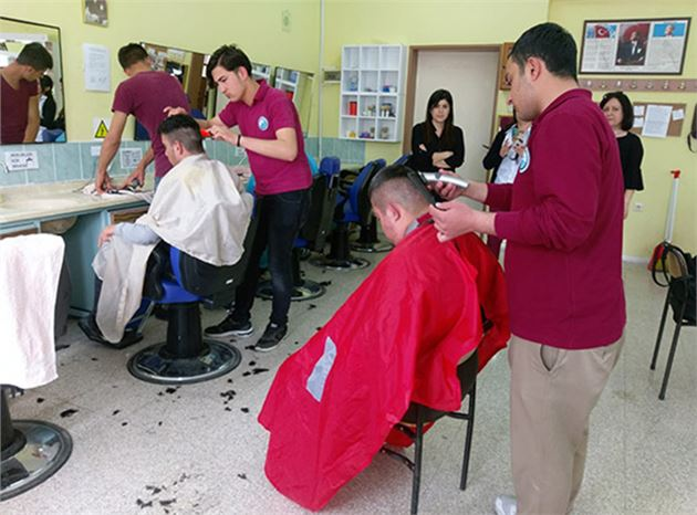 MEM Öğrencileri, Engelli Öğrencilerin Saç Bakımlarını Yaptı