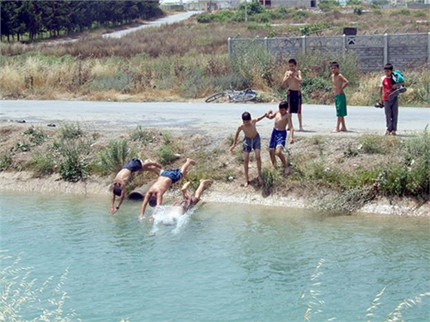 Sulama Kanallarında Çocuklar Yüzmeye Başladı