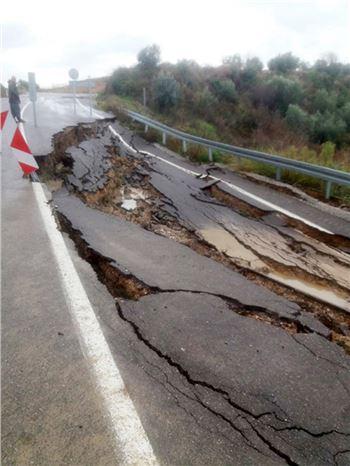 Aşırı Yağışlardan Yol Çöktü