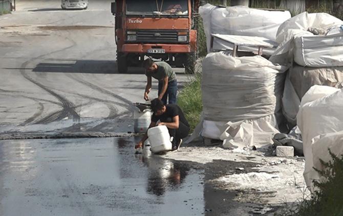 Tankerden Sızan Mazotu Bidonlara Doldurup, Aldılar