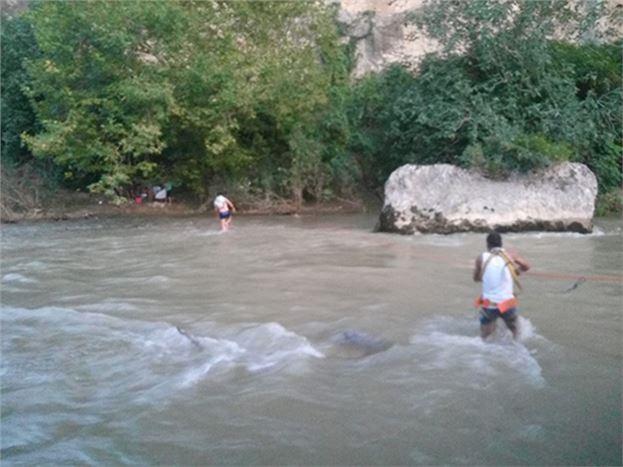 Nehrin Kıyısında Mahsur Kalan Aile İtfaiye Ekiplerince Kurtarıldı