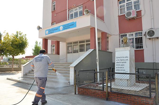 Büyükşehir, Tarsus'ta Okullarda Sürekli Olarak İlaçlama Yapıyor