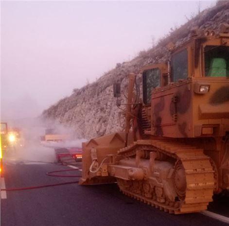 Askeri Araç Taşıyan Tırda Yangın Çıktı