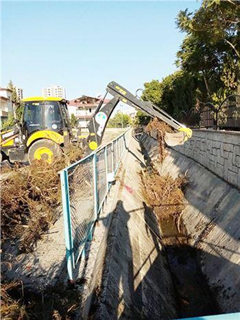 Tarsus'ta Kanal ve Derelerde Temizlik Çalışmaları Devam Ediyor