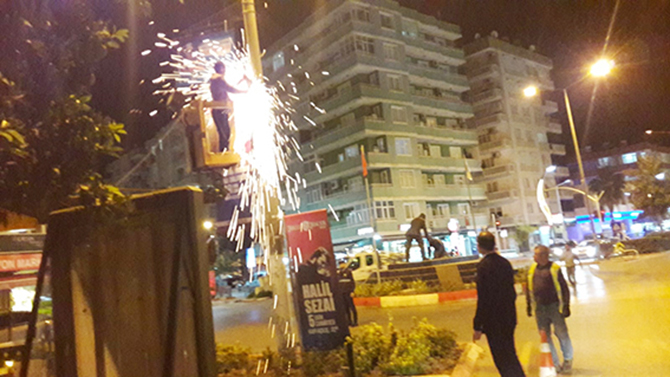 Tarsus'ta, Elektrik Direklerindeki Reklamlar Topladı