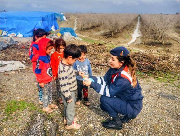 Astsubay Okşan'dan Çocuklara Anne Şefkati