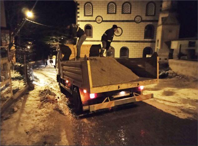 Büyükşehir Ekiplerinden Yollarda Kar Temizleme ve Tuzlama Çalışması Yaptı
