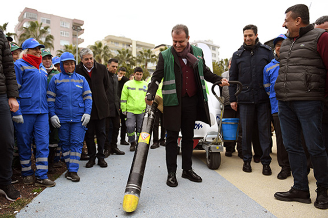 Başkan Seçer, Yeni Temizlik Araçlarını Kadın İşçilerle Birlikte Denedi