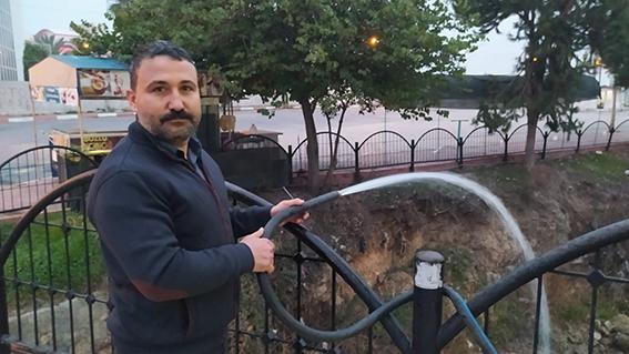 Tarsus'ta Balıklar Ölmesin Diye Hortumla Su Veriyor