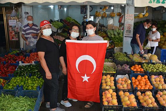 Büyükşehir Belediyesi Çamlıyayla'daki  Esnaflara Türk Bayrağı Dağıttı