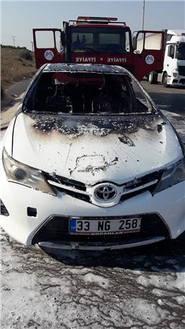Tarsus'ta Yanan Otomobil  Kullanılmaz Hale Geldi
