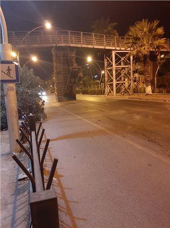 Damperi Açık Kalan  Kamyon Köprüye Çarptı